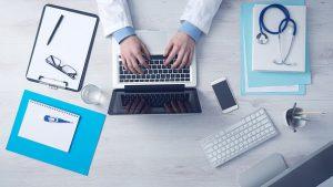 Médico prescribiendo