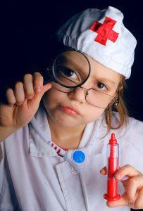 Niña jugando a la doctora